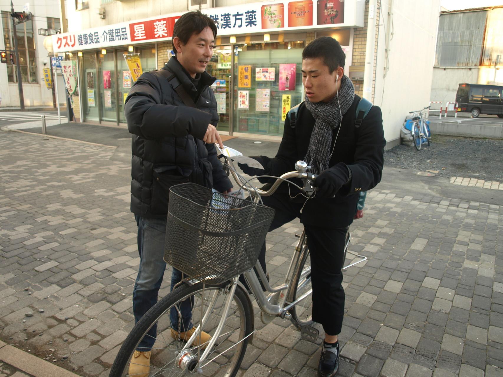自転車で通りかかったひともわざわざ止まってくれます。ほんとあったかいですね!