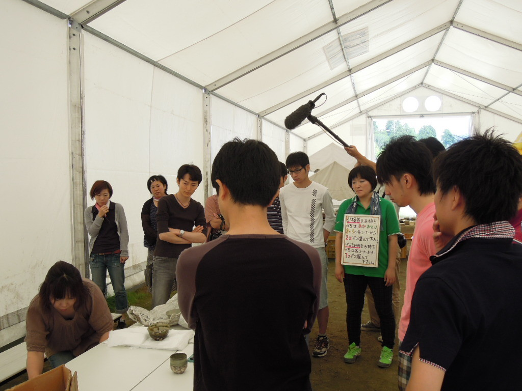 NHKの取材の中、梱包のしかたを習う。