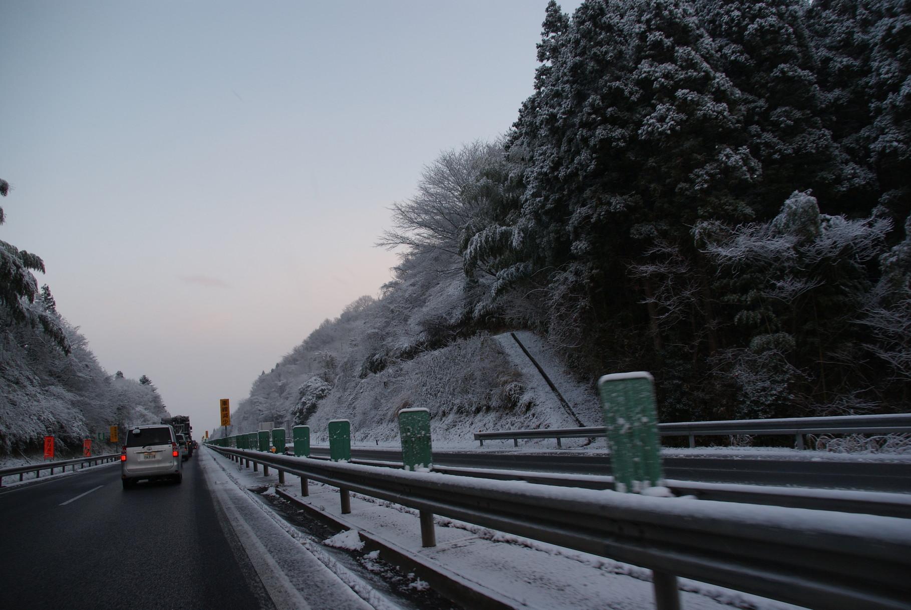 帰りの高速も雪でまっしろでした