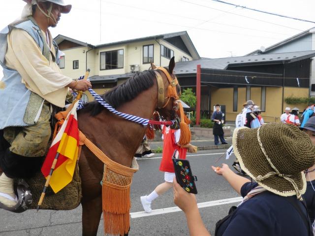 暑い中、会場の前の沿道からは馬にニンジンやお水、武者には飲み物が振る舞われました。