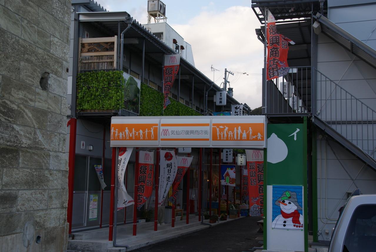 2階建てプレハブ、54店舗の仮設商店街で結構な規模です