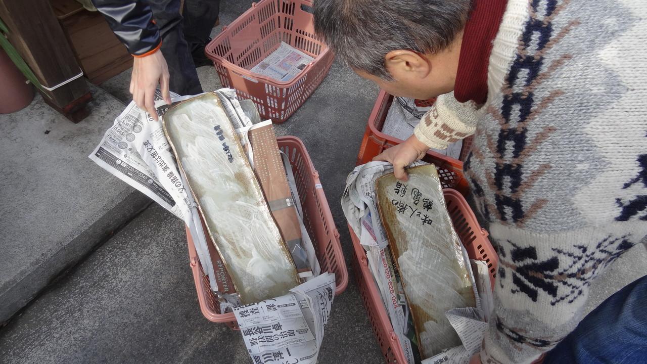 鶴亀鮨さんへの長皿たち(メンバーで1枚一枚に書き入れました)