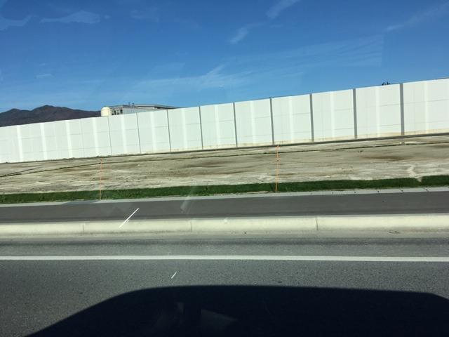 海岸線には長く高いコンクリートの壁が出来ています。