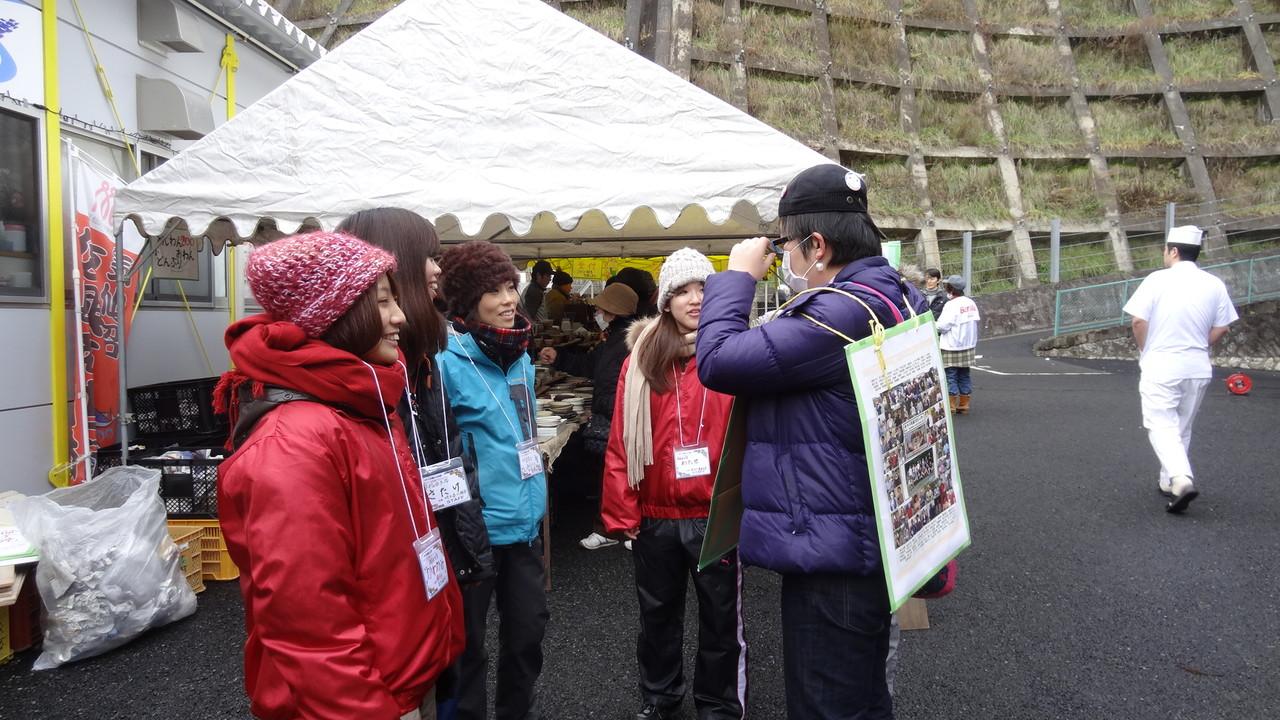 うちのスタッフと今回ボランティアで手伝ってくれた早稲田の学生さんたち(左)