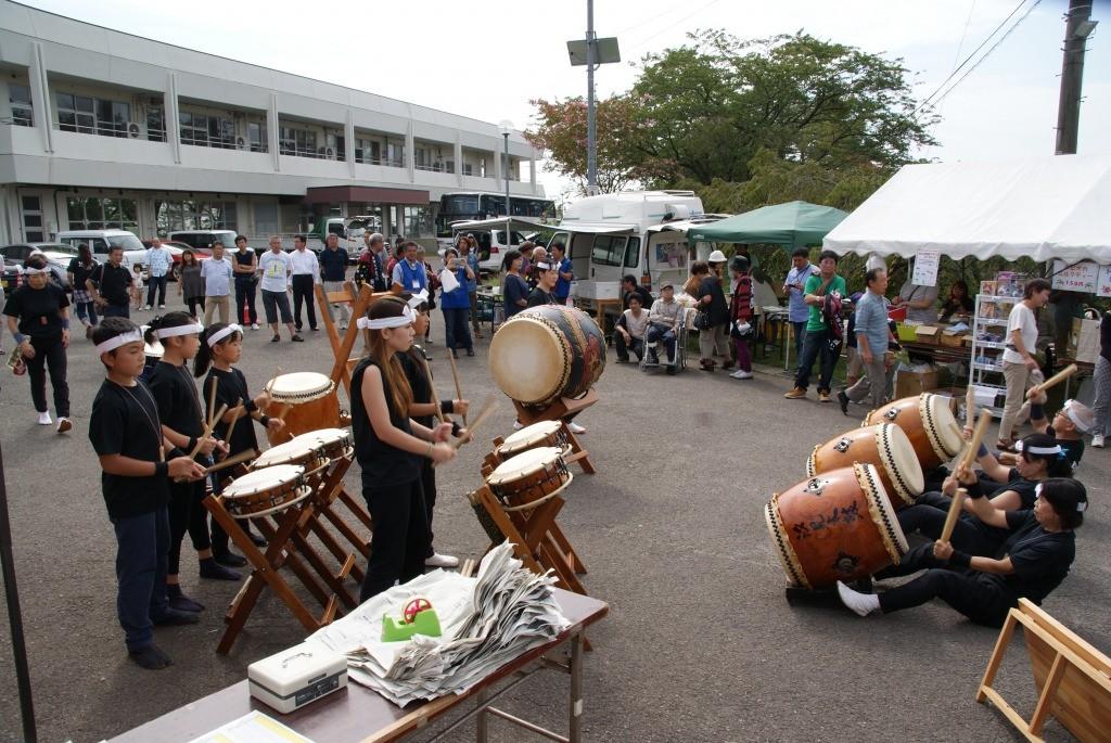 太鼓のパフォーマンスが終わるといよいよ陶器市も開場です