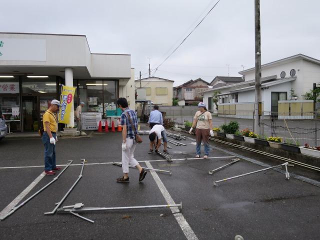 台風接近のなか雨がやんだタイミングでテントを設営します。