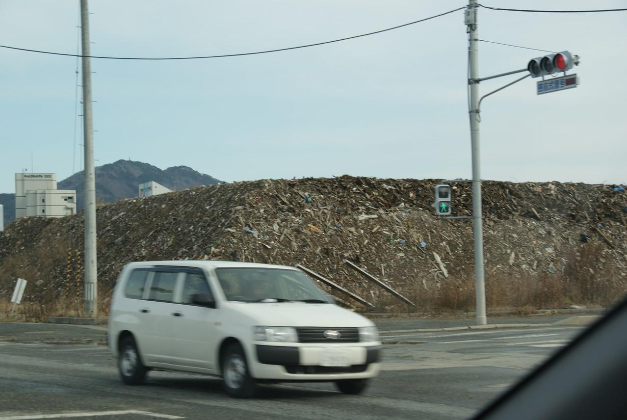 がれきの山はまだそのままです