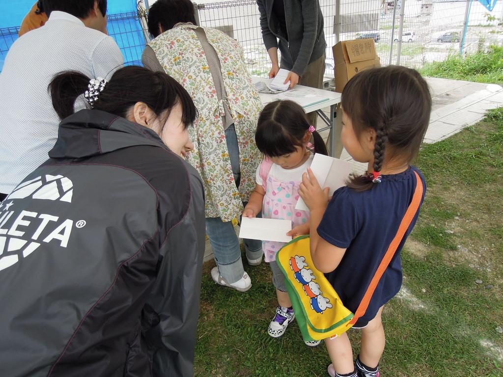 Happy Smile Projectから子供達へのお手紙を手渡す。