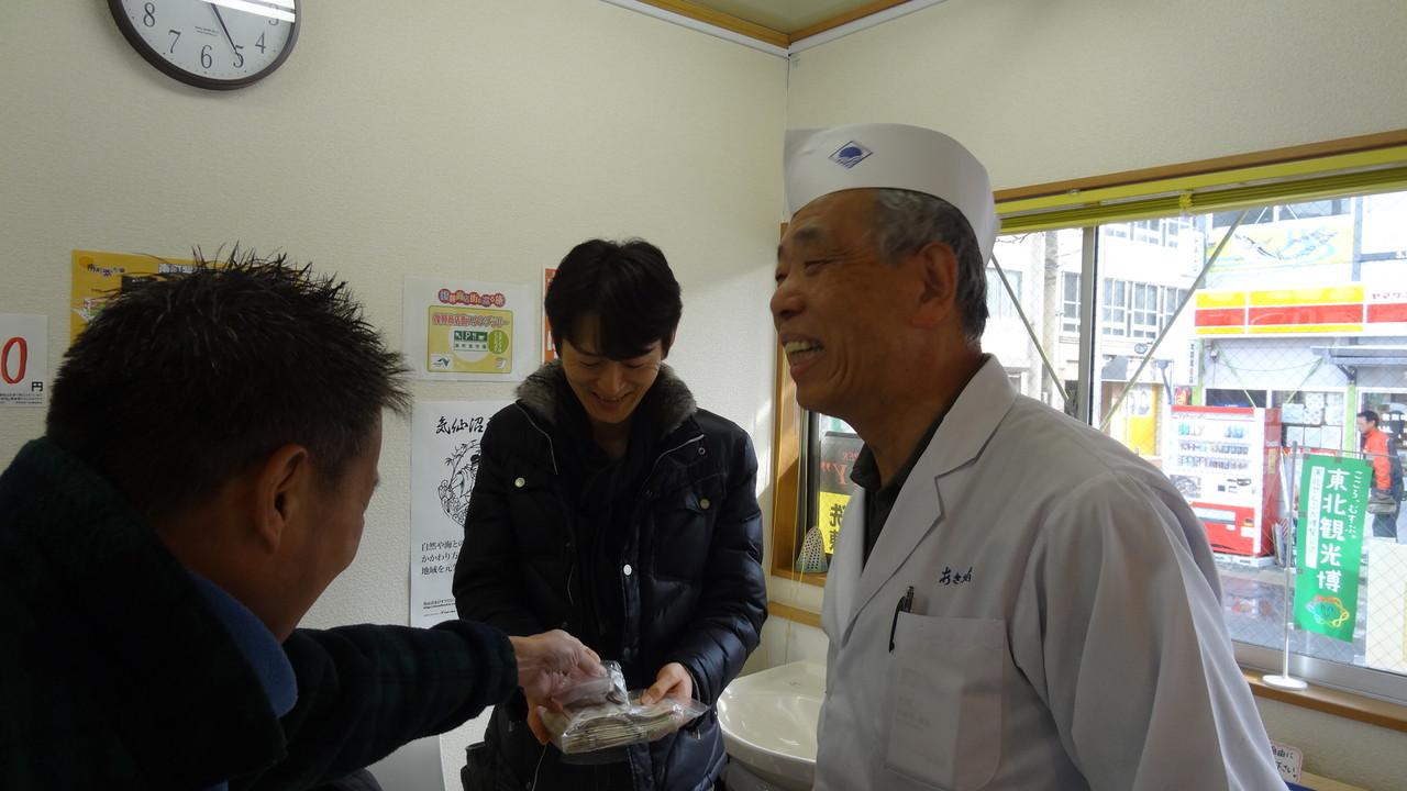 器の売上を寄付、写真は商店街の理事長さんと会長(あさひ鮨)さん