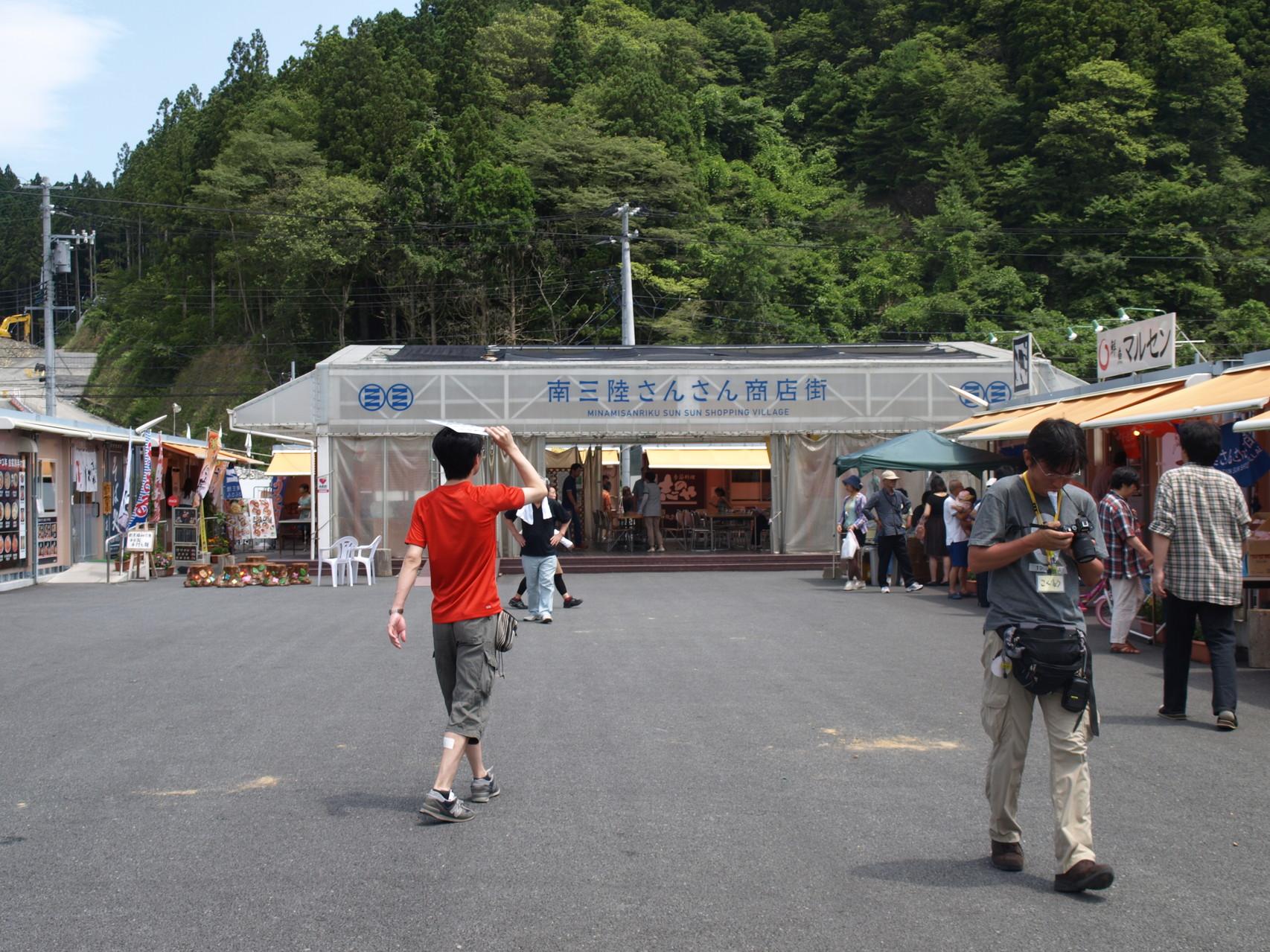 地元の海鮮や肉類、お菓子、お土産、飲食店の仮設店舗が並びます。