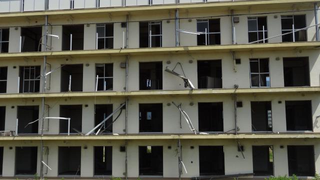 震災遺構としてまだ当時の5階建てマンションが残されています(4階まで浸水)