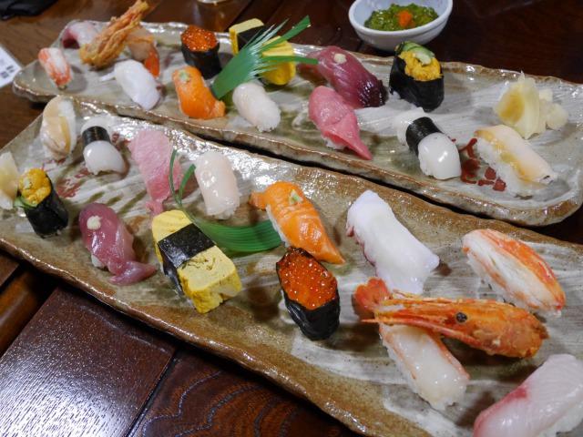 夜、鶴亀鮨さんに提供した器でお寿司をいただきました