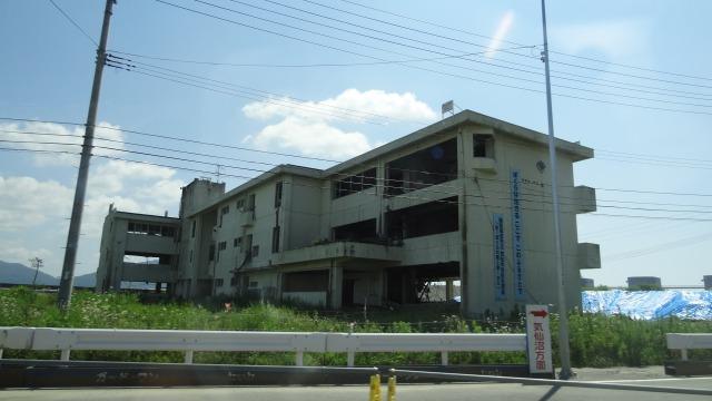 一本松からほど近い、気仙中学校。こちらも震災遺構としてそのまま残っています