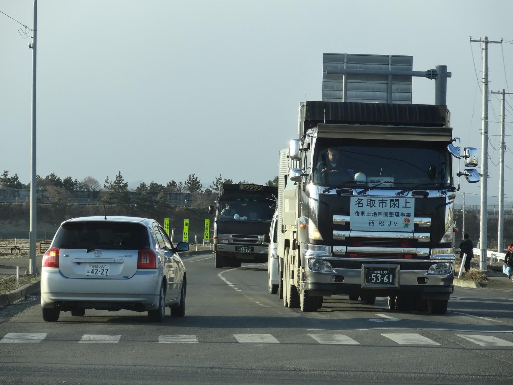 周辺では多くの工事車両が行き交っていました。