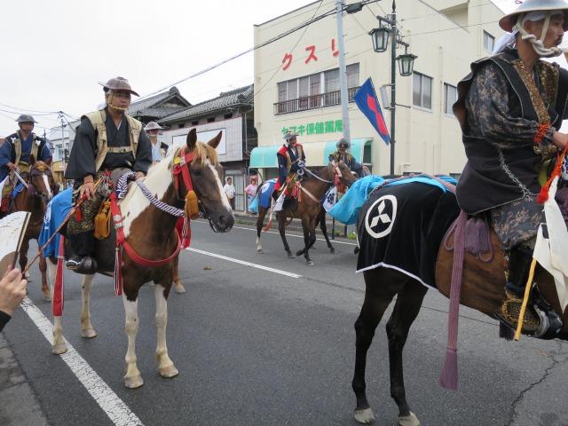 甲冑を着た武者を乗せた見事な馬たちも隊列を組んで進みます。