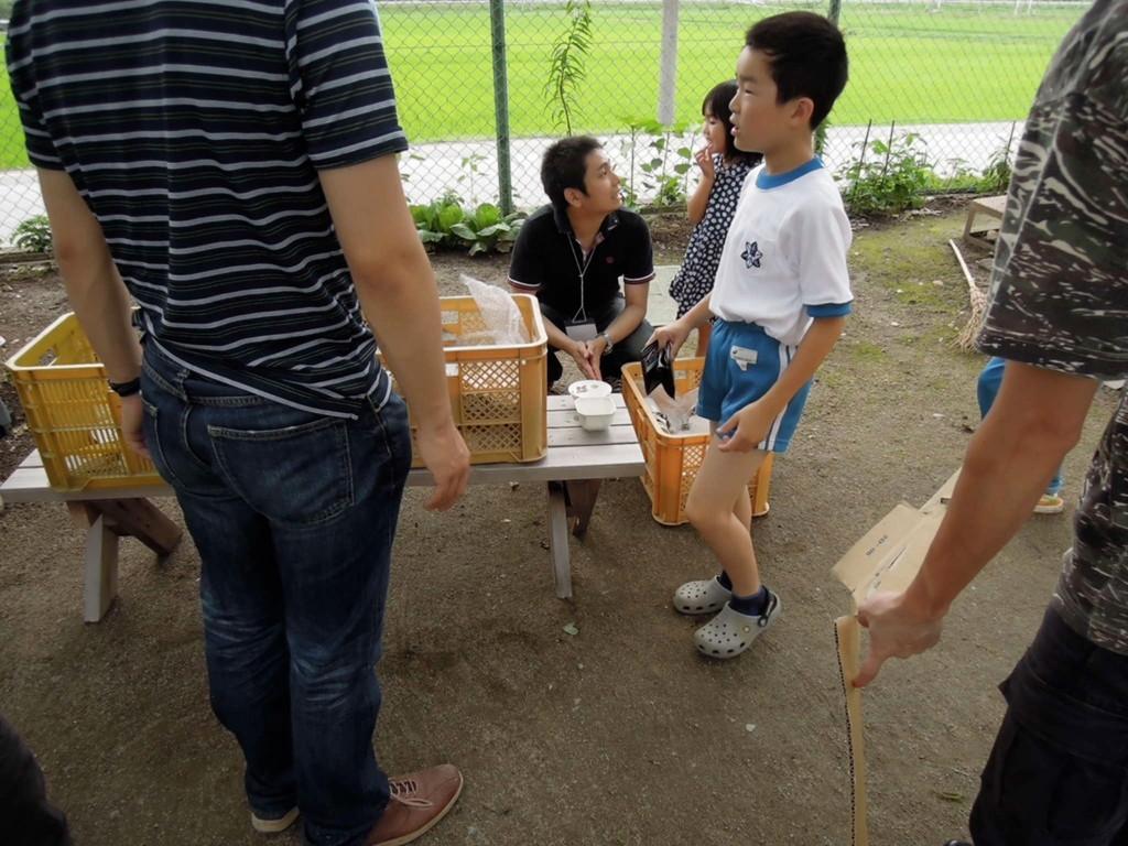 近くの仮設住宅にも急遽出張配布。まずは子供達が興味津々。