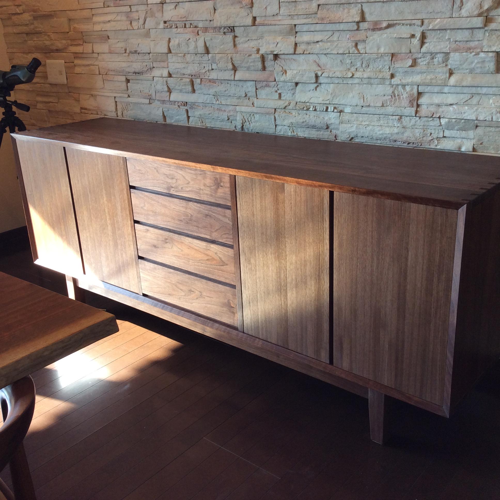 幅2mのウォールナットのサイドボード。/八ヶ岳の家具工房ZEROSSOの創作家具