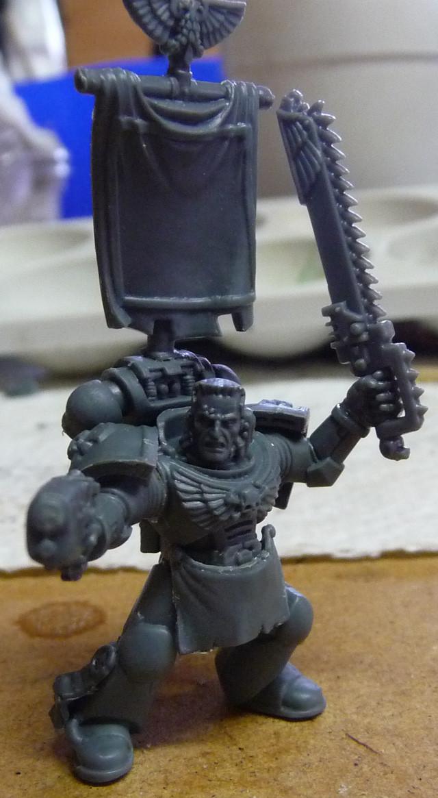 Space Marine Veteranen-Sergeant mit Kettenschwert und Plasmapistole