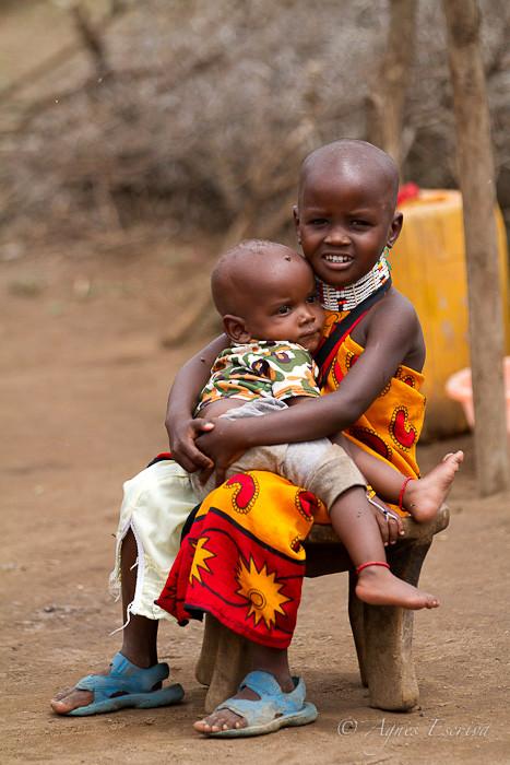 Petite fille masaï et son frère