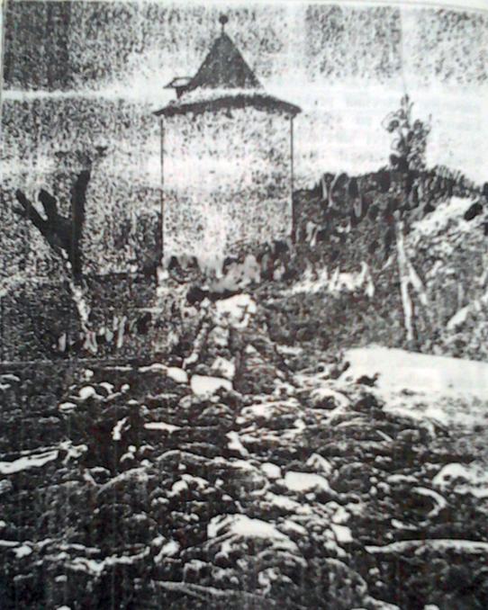 """Na ovom mjestu kraj starog golubarnika """"usred poljane"""" streljani su pobunjenici i tu je danas njihova zajednička grobnica"""