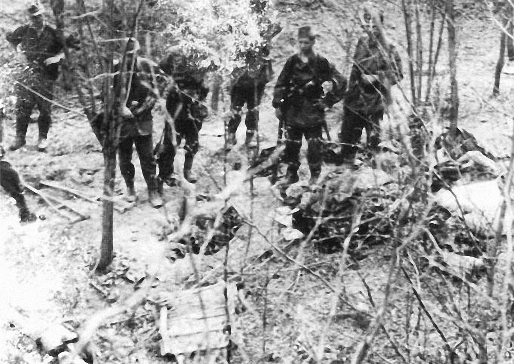 pripadnici  1/27 pregledavaju  neprijateljske baze i leševe na Šekovići, 25. srpnja 1944.