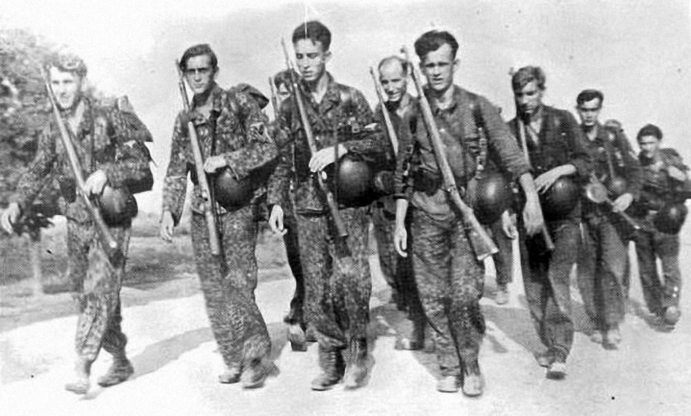 Pripadnici od Nachr. Abt. 13 u blizini Brčkog. Heinz Gerlach je na lijevoj strani.