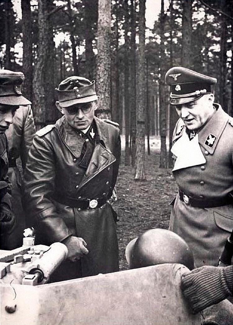 Neuhammer 1943 Sauberzweig pokazujući svoje novo obučeni Panzerjäger i  General Waffen-SS.  Maximilian von Herff