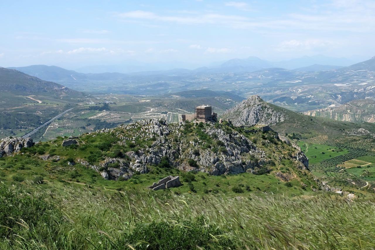 Blick vom höchsten Punkt auf Akrokorinth, wo einst der Tempel der Aphrodite stand, Peloponnes