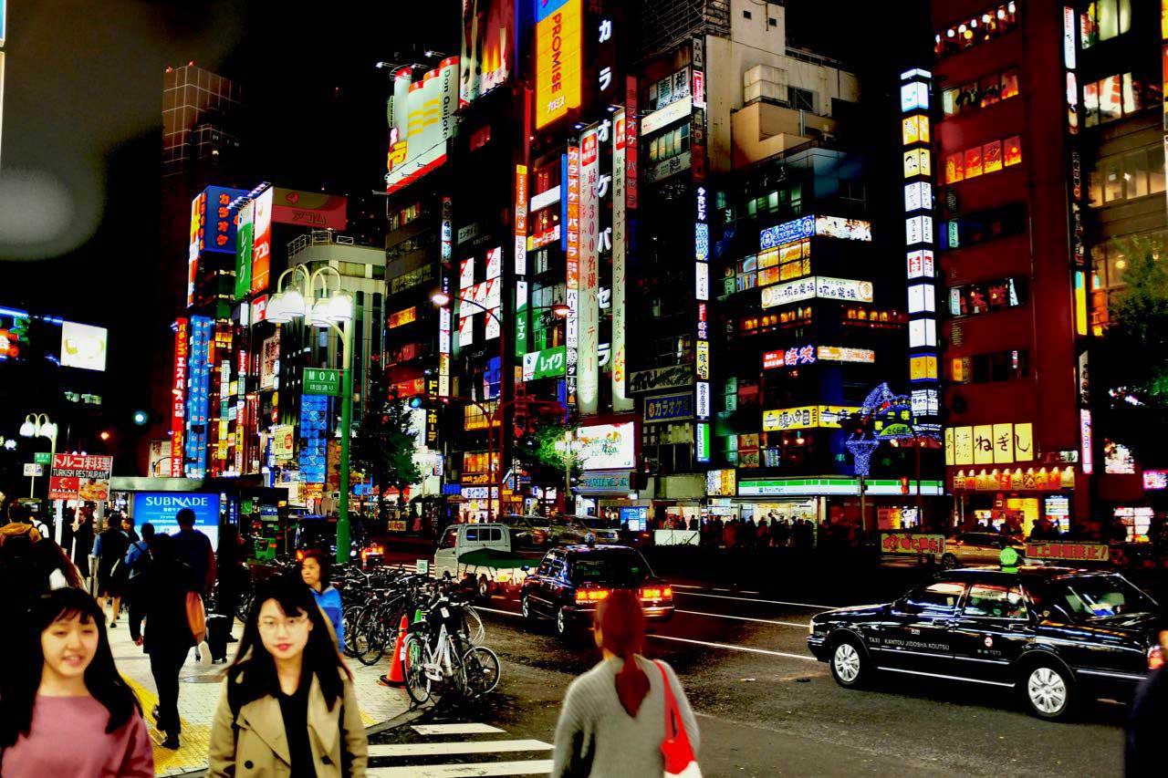 Neonlichter im Ausgehviertel Shinjuku, Tokio