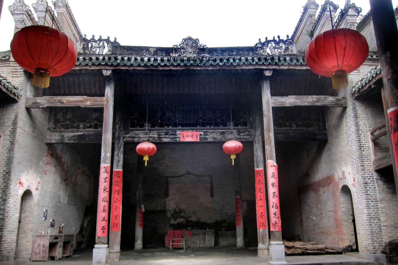 Der Tempel von Langzi ist direkt im Dorf zu finden
