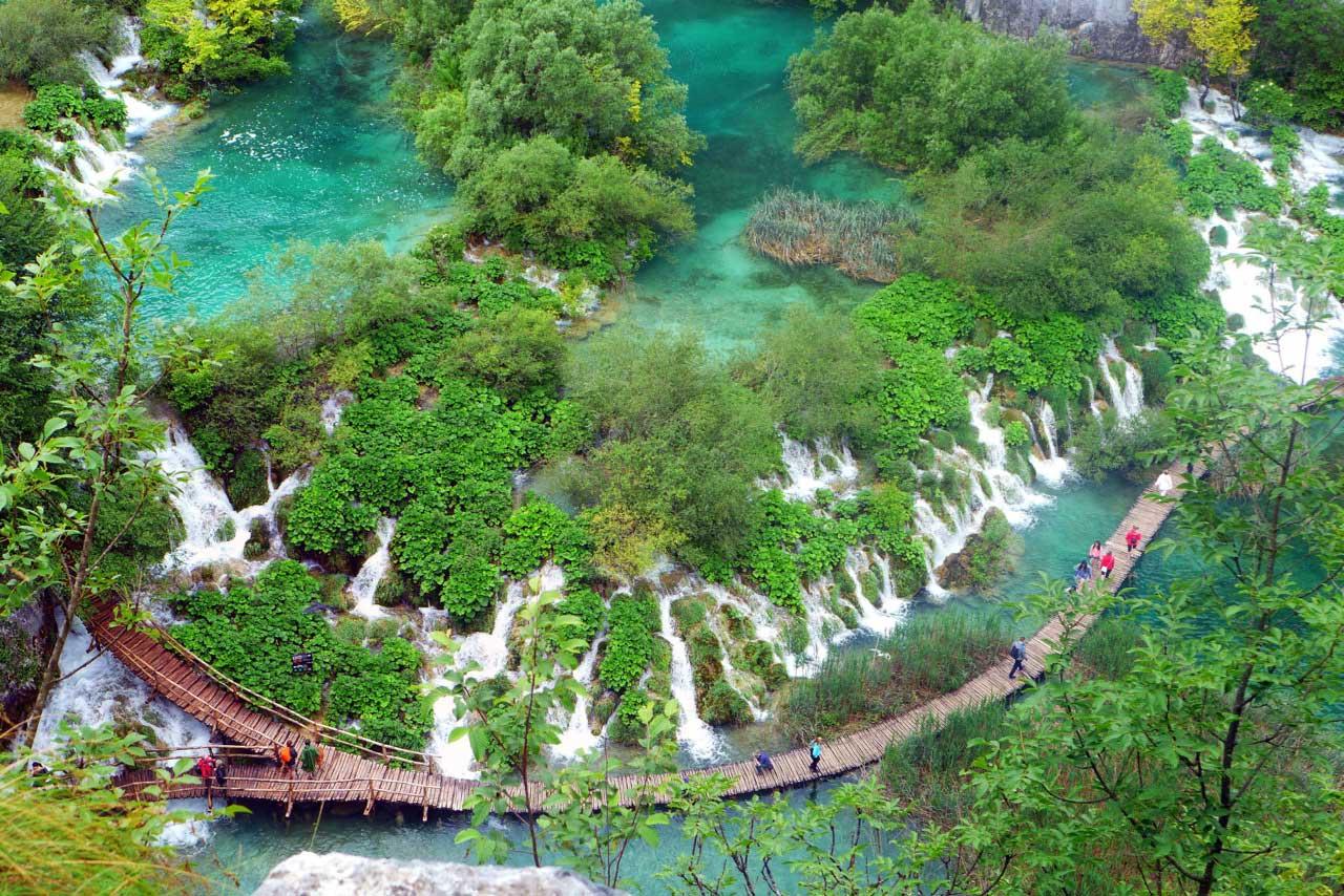 Auf Holzstegen über die Plitvicer Seen laufen