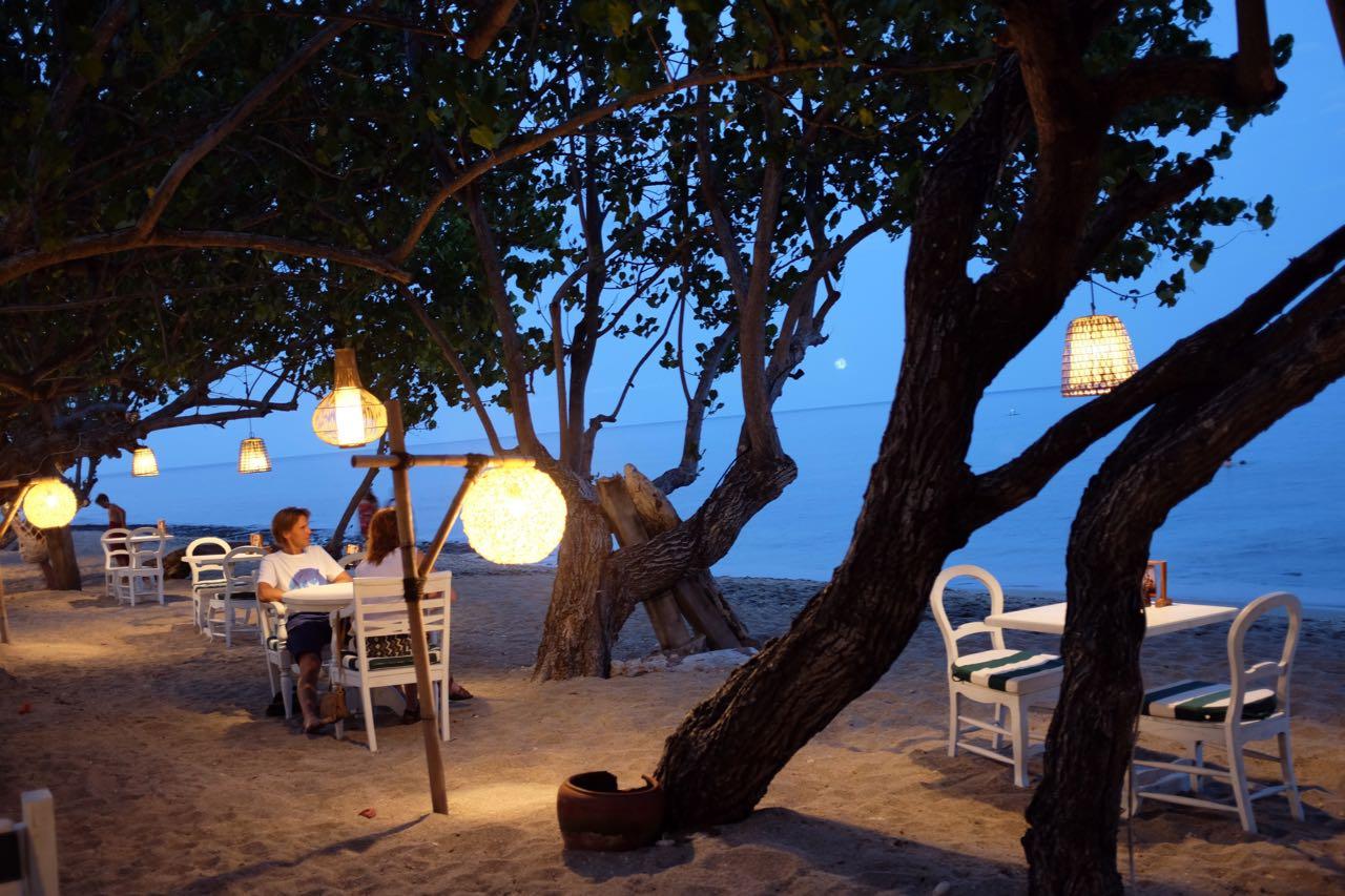 Abends mit den Füßen in Sand – Taman Sari Pemuteran