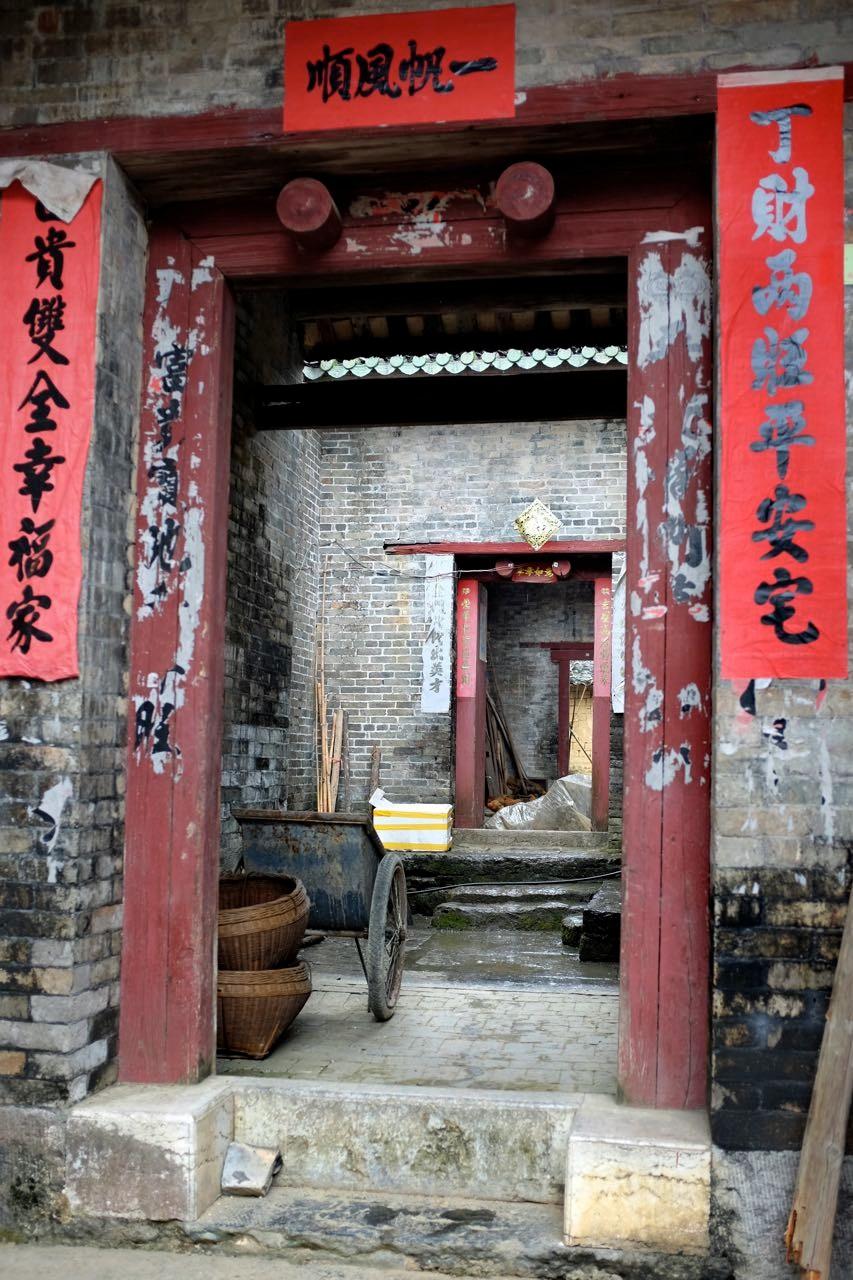 Hausengänge im Dorf Langzi