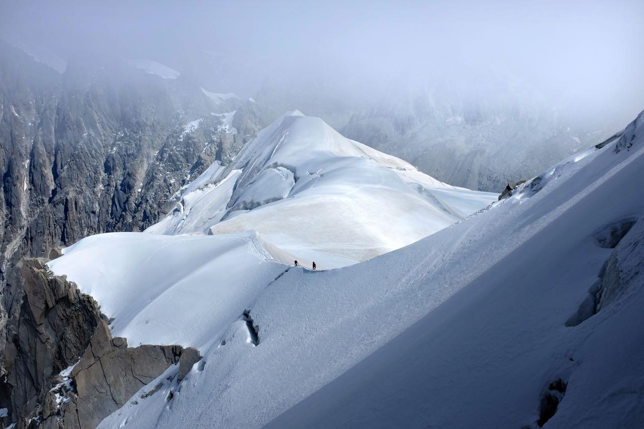 Rückkehrer auf dem Weg zum Eistunnel in die Bergstation Aiguille du Midi