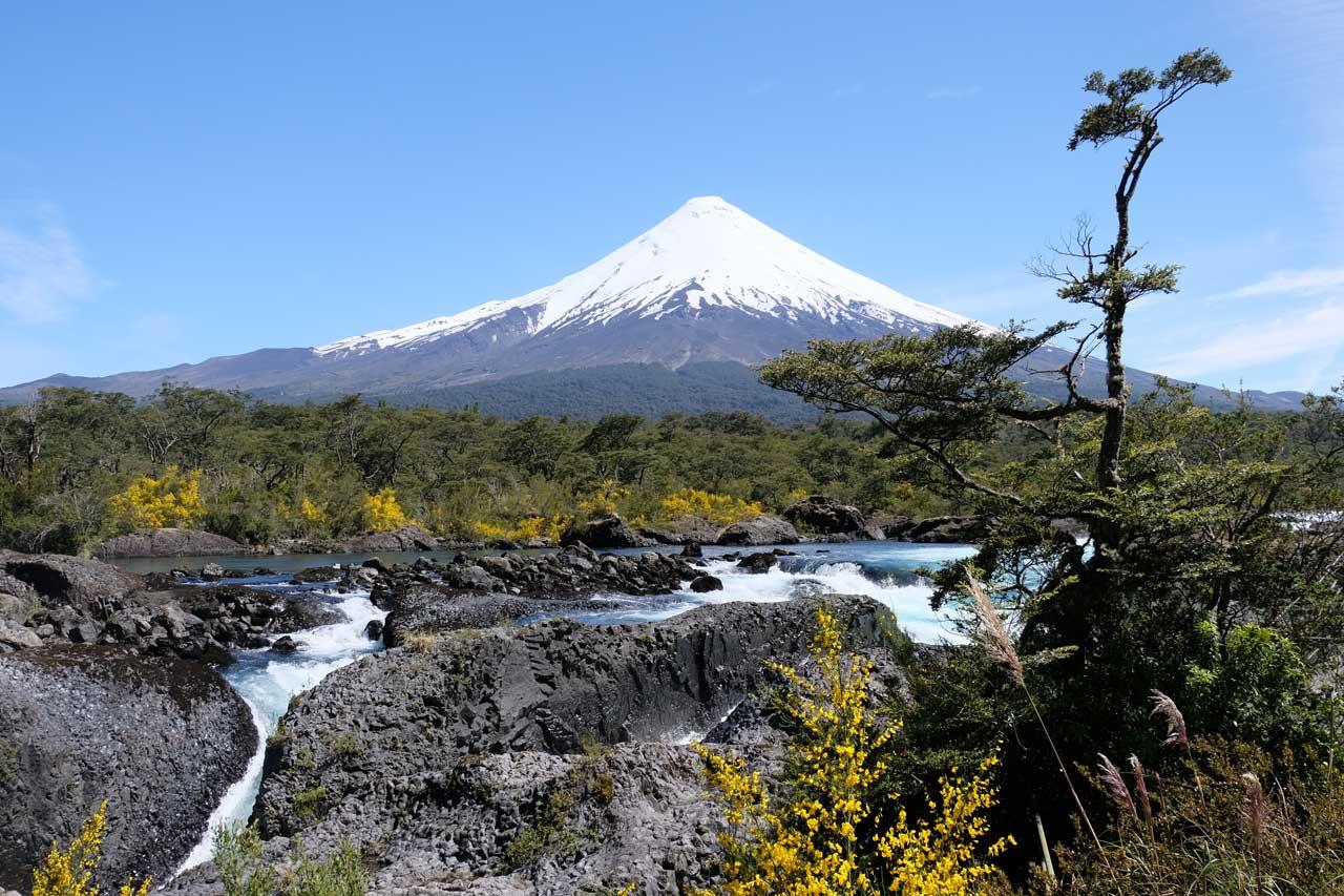 Saltos de Petrohué mit Osorno Vulkan