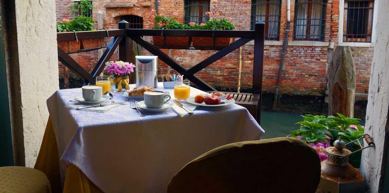 Frühstück am Canale, Hotel Alla Vite Dorata Venedig