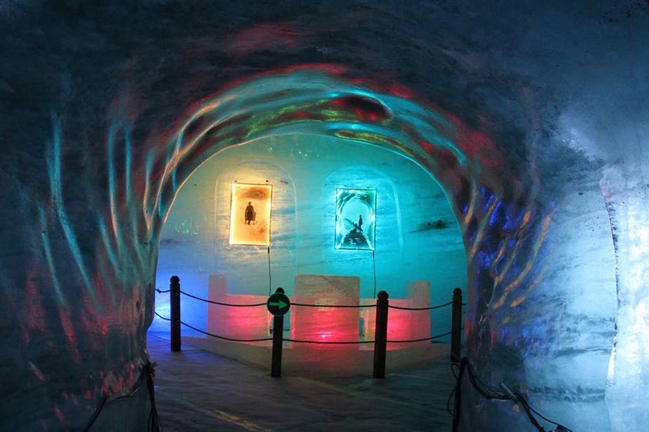 Die bunt illuminierte Eisgrotte im Mer de Glace