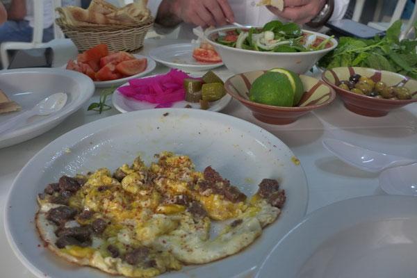 Traditionelles libanesisches Frühstück im Restaurant El Soussi, Beirut