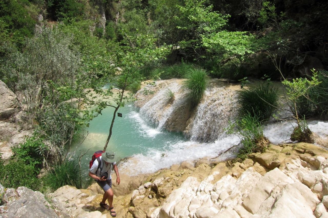 Wanderung bei den Polylimnio Wasserfällen