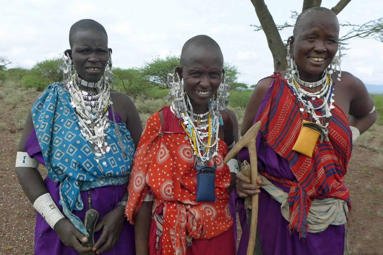 Massai Frauen mit Schmuck und Handy