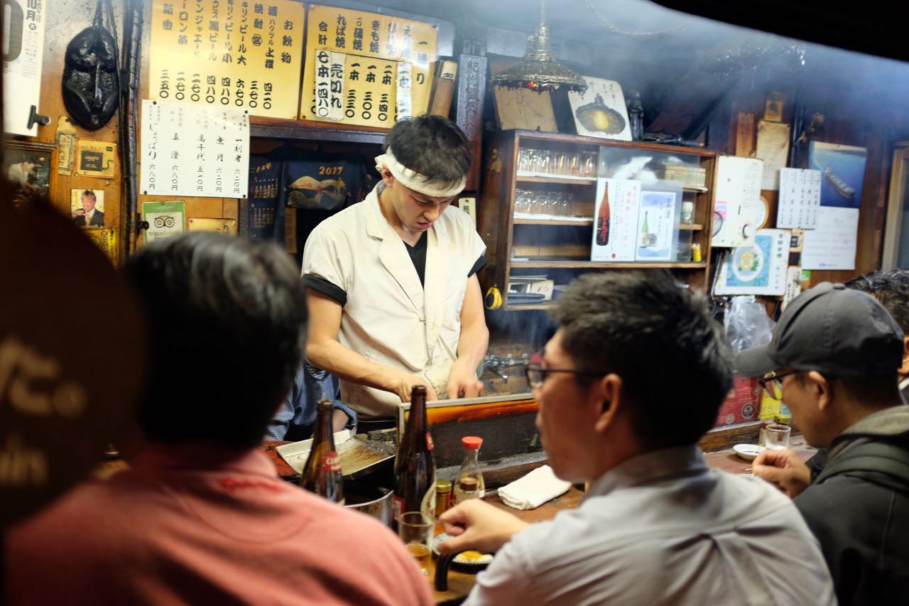 Billiges Bier & Grillspieße  auf der Yakitori Alley, Shinjuku