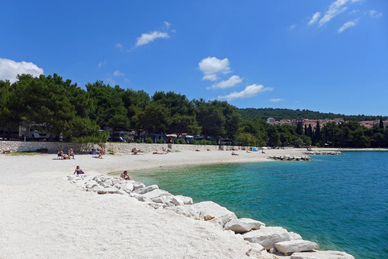 Campingplatz Rožac liegt auf einer Landzunge auf der Insel Ciovo