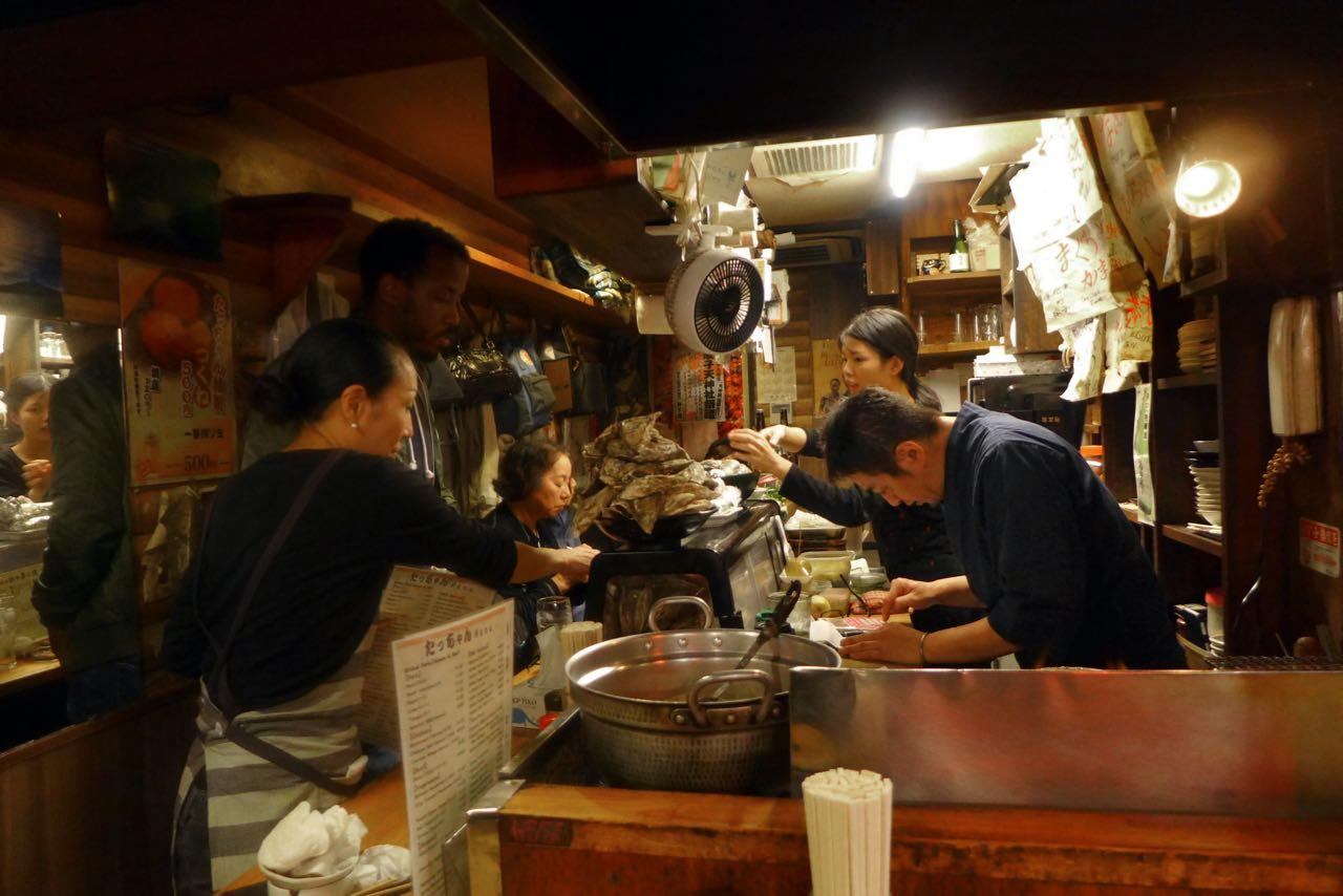 Yakitori Bude auf der Omoide Yokocho 'Piss Alley' Shinjuku Tokio