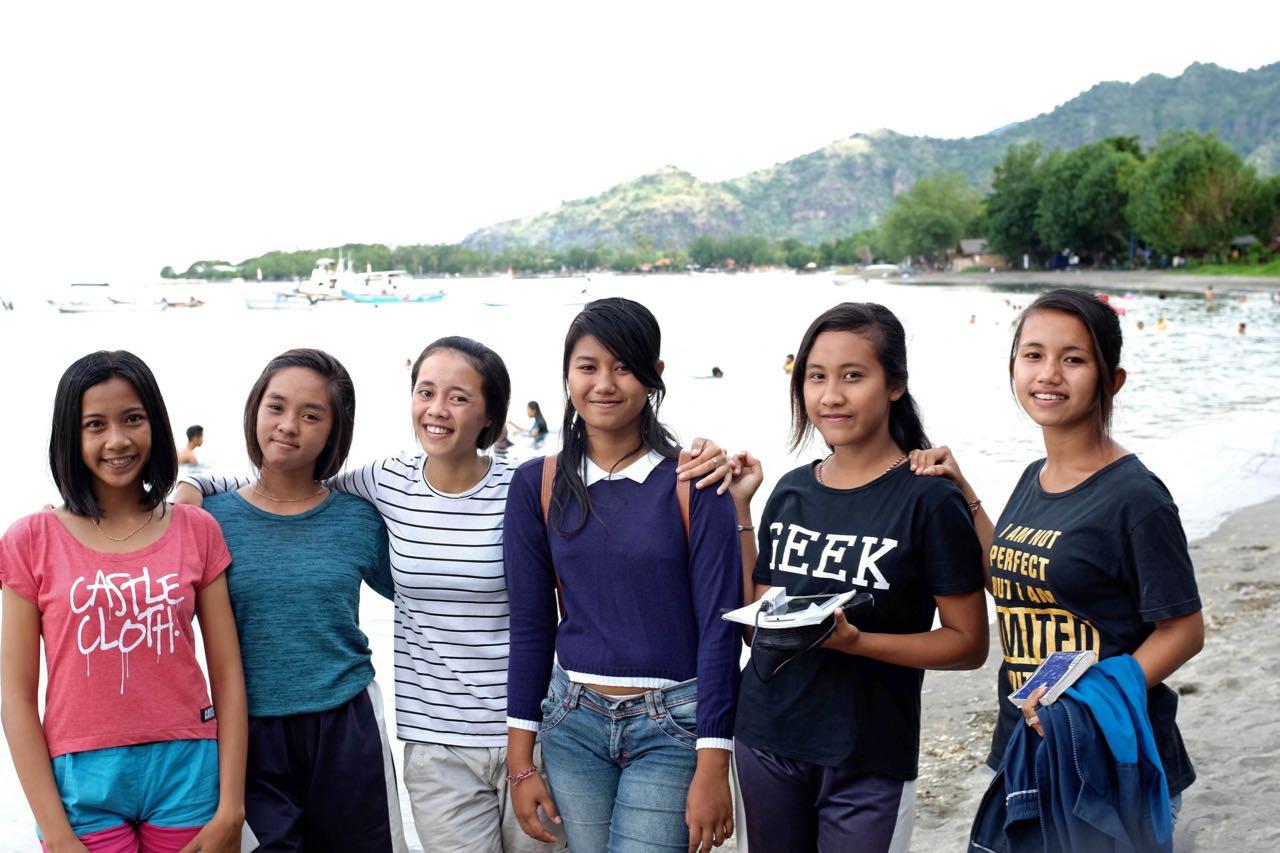 Schülerinnen in Pemuteran, Bali