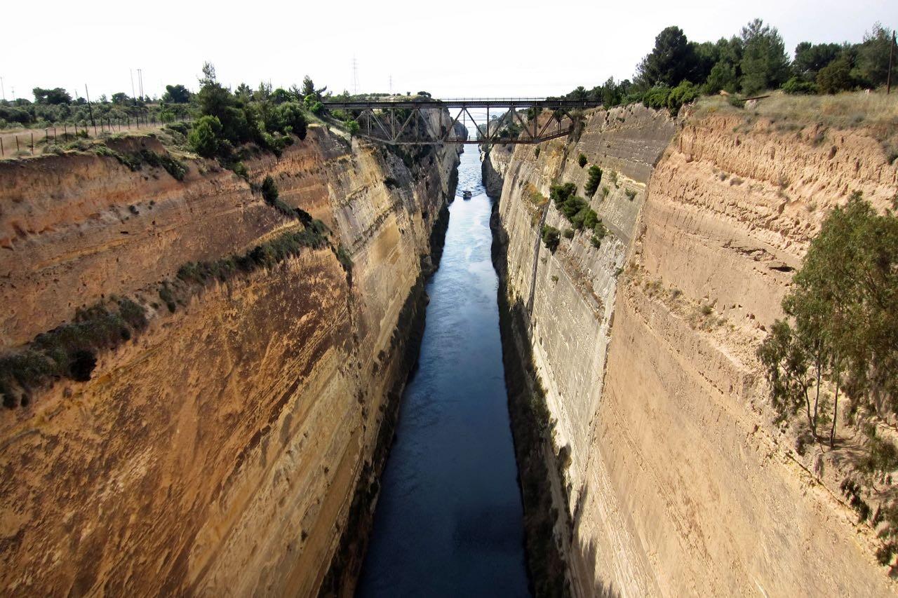 Der Kanal von Korinth mit 80m Steilwänden, Peloponnes