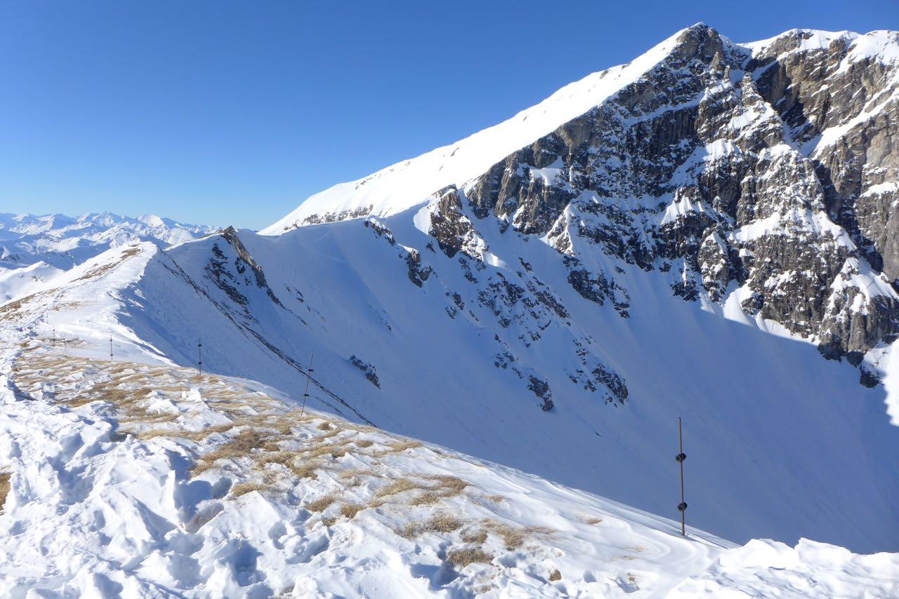 Auf dem abgeblasenen Gipfel der Felskarspitze ist die weiße Flanke hinauf zum Weisseck zu sehen