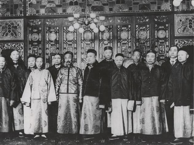 Frühe Direktoren der San Francisco Chinese Society in traditioneller Qing-Kleidung