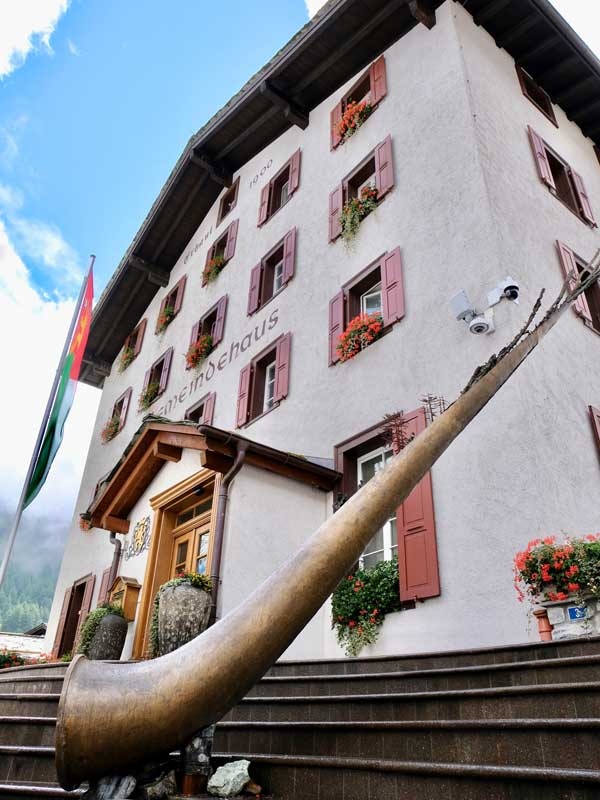 Zermatt Gemeindehaus mit Alpenhorn