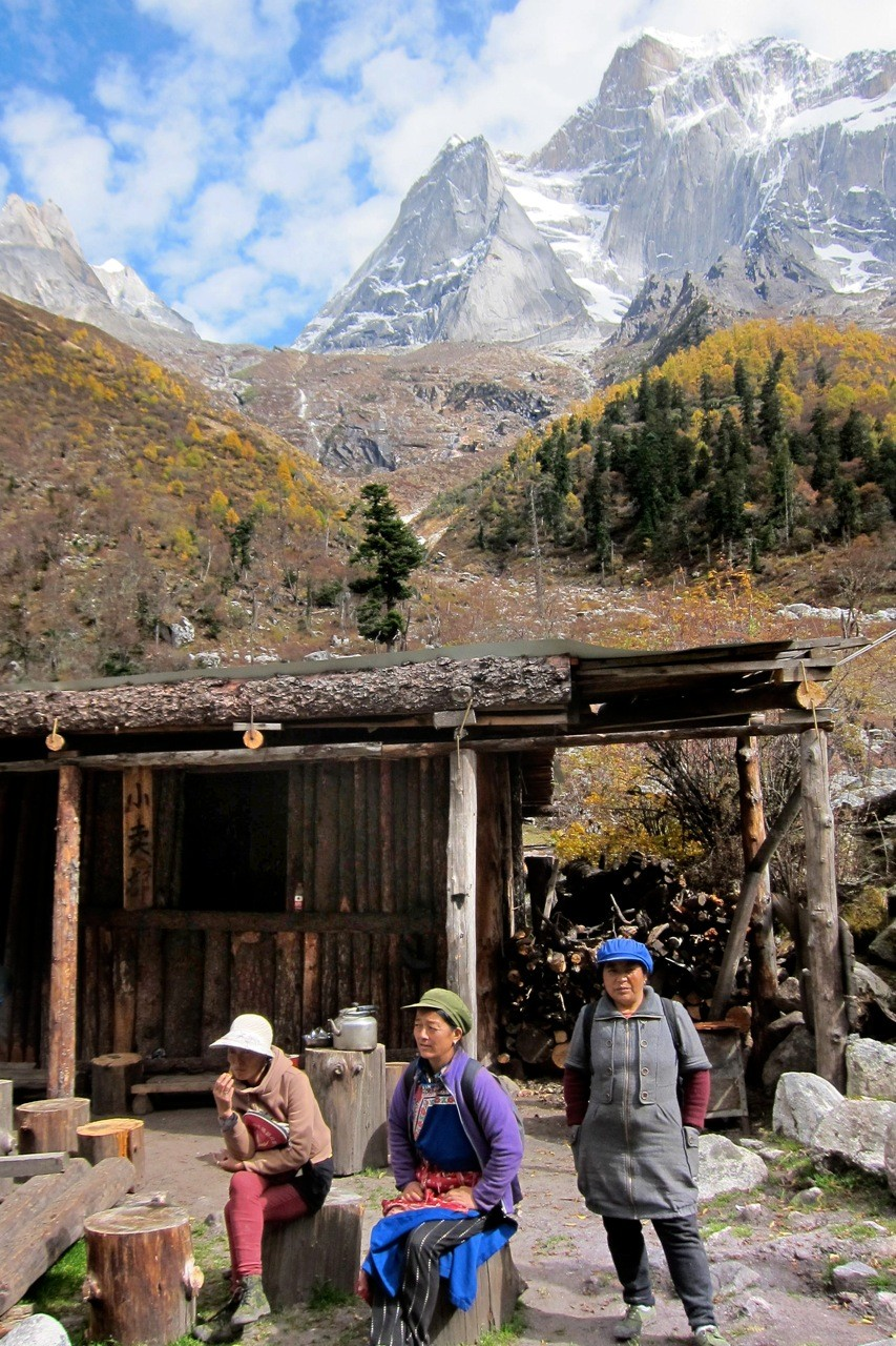 Diese Damen sind unsere Pferde-Trek-Guides, Rast bei Muluozi, Changping Valley