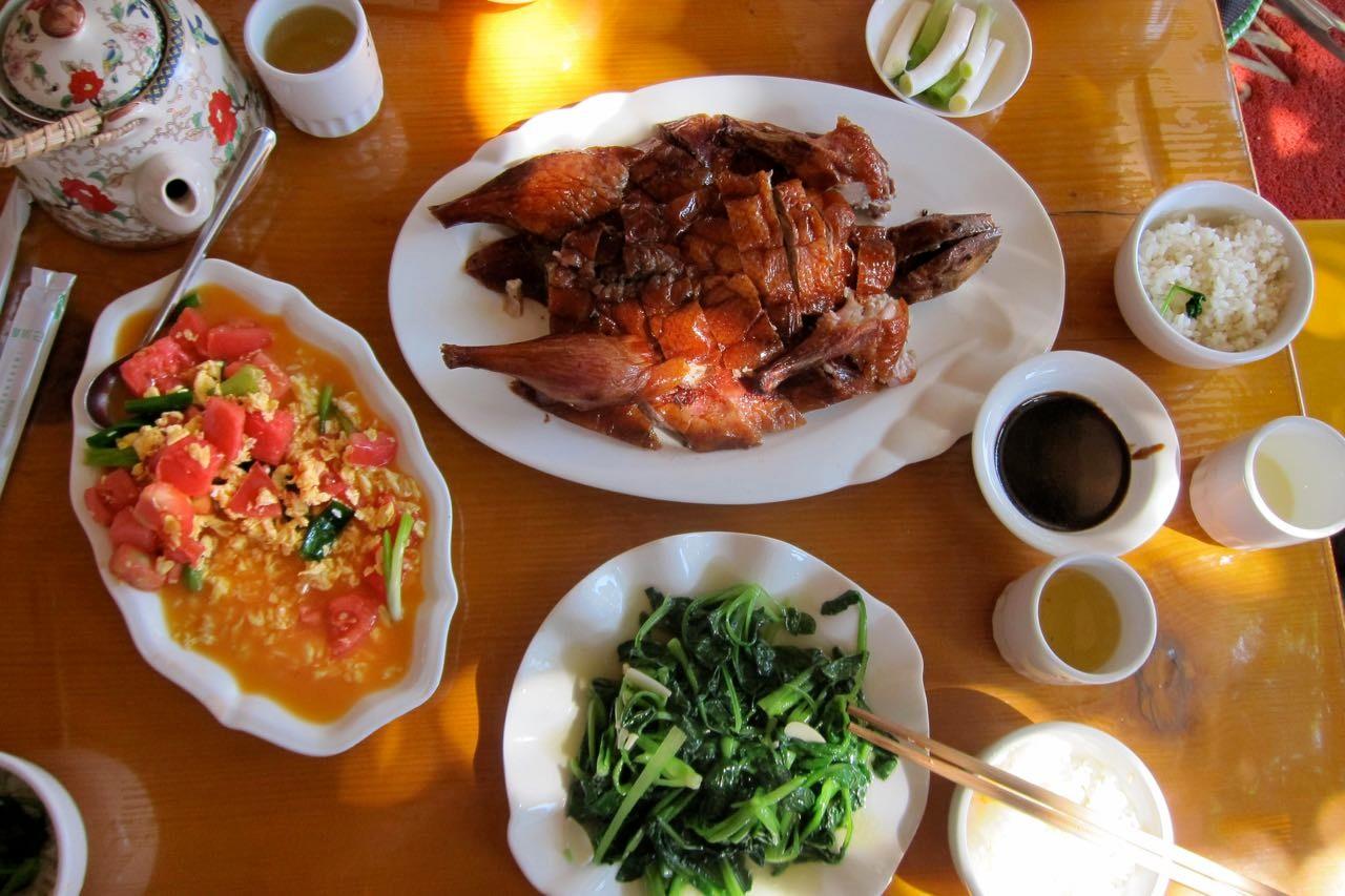Unser bestes Enten-Mal hatten wir in Shaxi. Ganze China Ente mit frischen Beilagen und grünem Tee